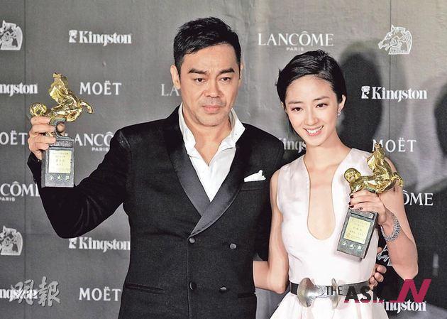 لاو شينج وان و كواي لون ماي بعد فوزهما بجائزة الحصان الهذهبي لأفضل ممثل و ممثلة