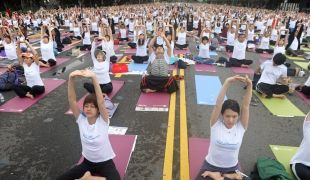 """تايوان : درس """"يوجا"""" جماعي بمشاركة عشرة آلاف شخص"""