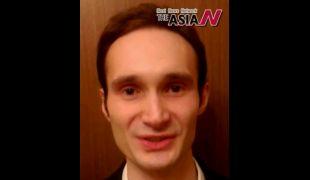 الإعلامي الروسي أندريه أولفيرت يهنيء آسيا إن بالعيد الأول
