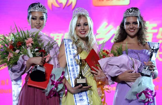 تتويج الفائزة بلقب ملكة جمال طريق الحرير