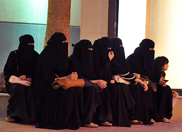 السعودية تراقب تحركات النساء إلكترونيا وتبلغ بها الرجال