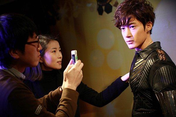 """تمثال """"كيم هيون جونغ"""" الشمعي يذيب قلوب المعجبات"""