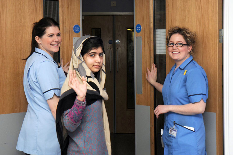 الفتاة التي تحدت إرهاب (طالبان) تغادر مستشفى الملكة إليزابيث
