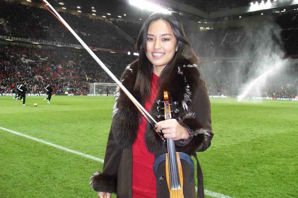 عازفة الكمان الكورية الجنوبية (جيني باي) معشوقة مانشستر يونايتد