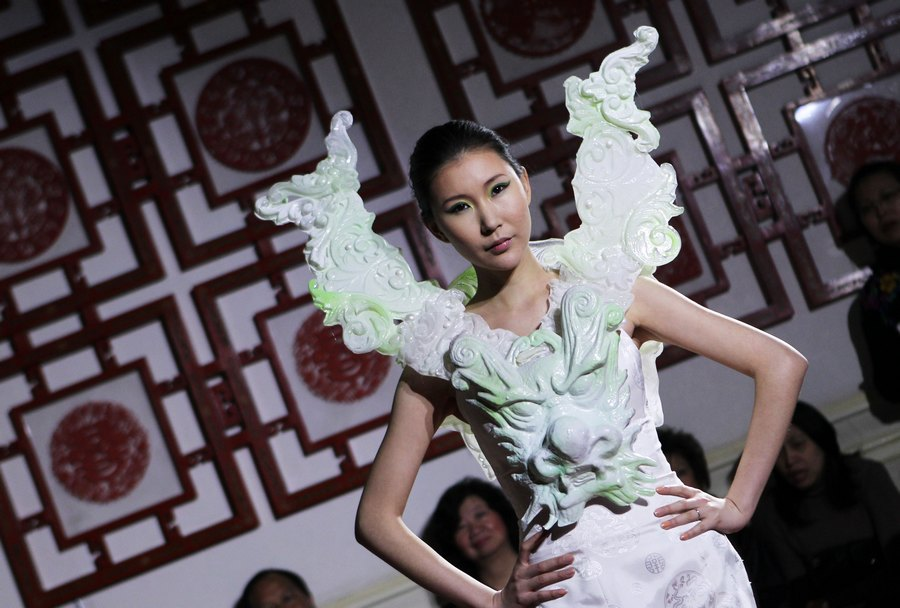 عروض أزياء صينية على أرض فرنسية