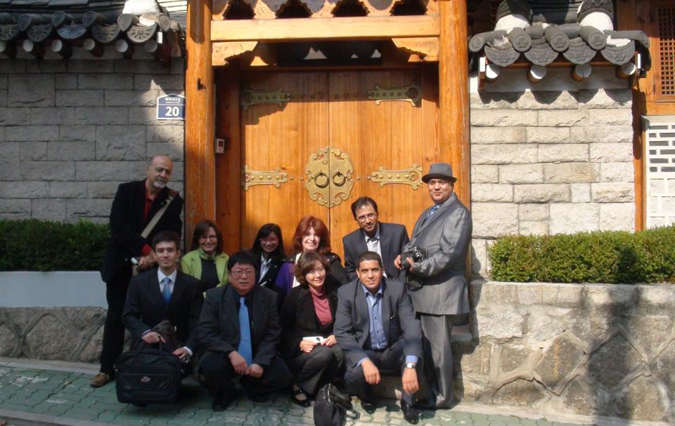 كوريا الجنوبية: حسناء مبتسمة تعمل بصمت
