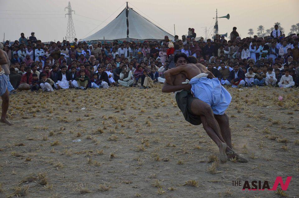 ملاخرو : مصارعة باكستانية أمُّ الرومانية