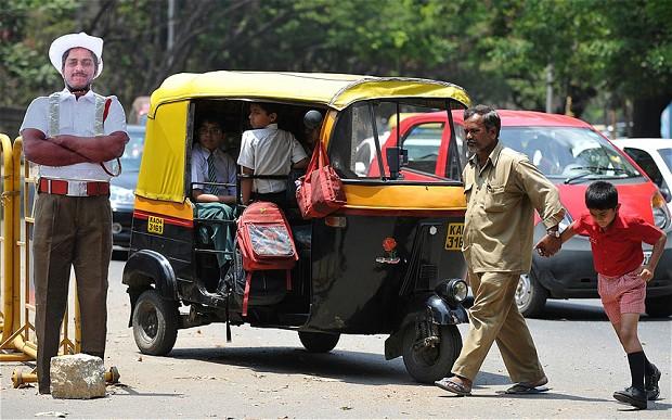 الهند: عناصر شرطة كرتونية في شوارع بنجالور