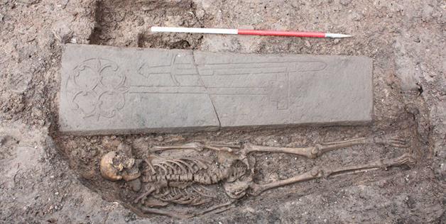 إسكتلندا: إكتشاف قبر فارس من العصور الوسطي في موقف للسيارات