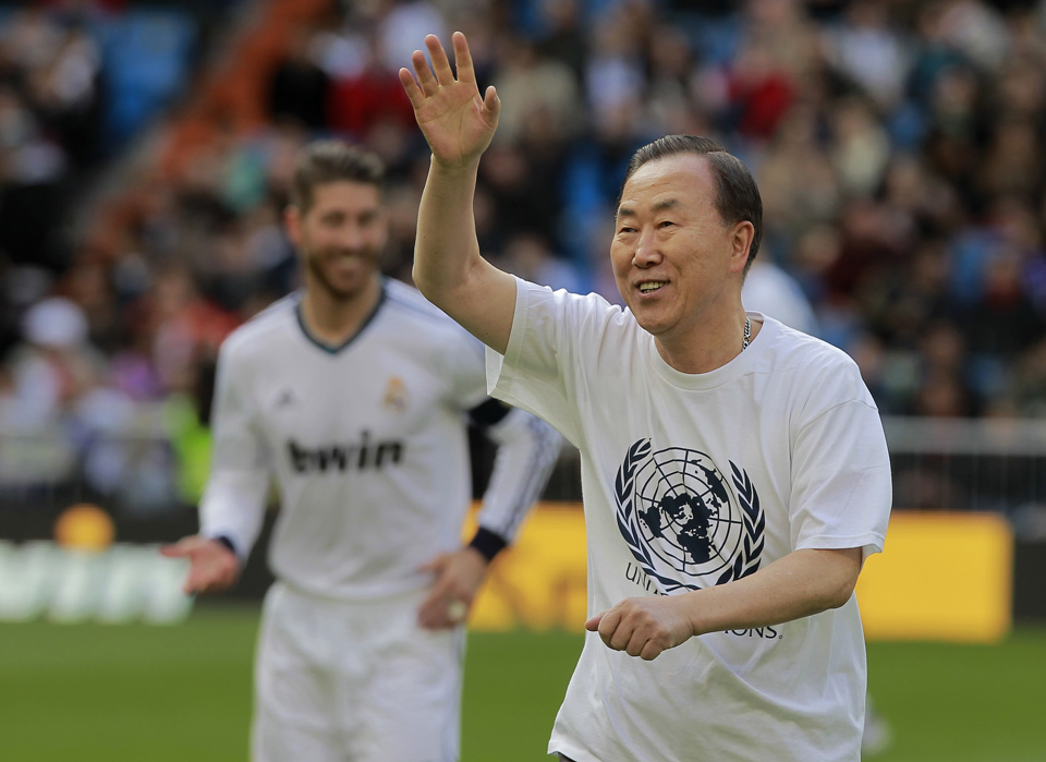 بان كي مون حمل الشعلة الأولمبية ولعب في ريال مدريد!