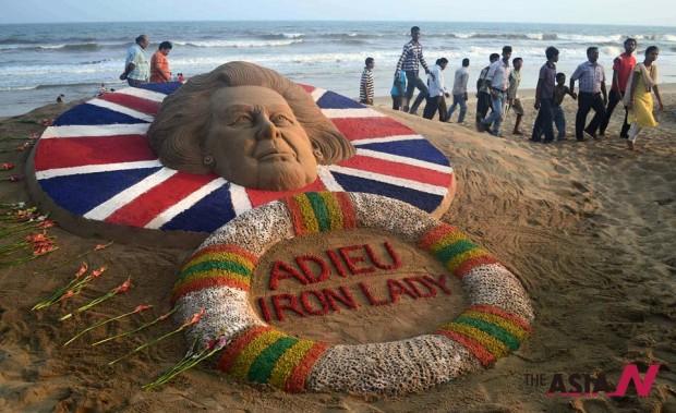 الهنود يودعون مارجريت تاتشر على الرمال