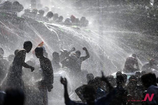 شعب ميانمار يحتفل بعيد المياه في مطلع عامه الجديد