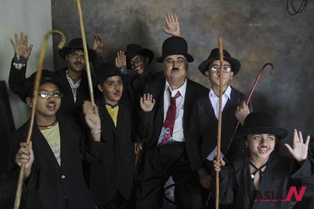 محبو شارلي شابلن يحتفلون بعيد ميلاده في الهند