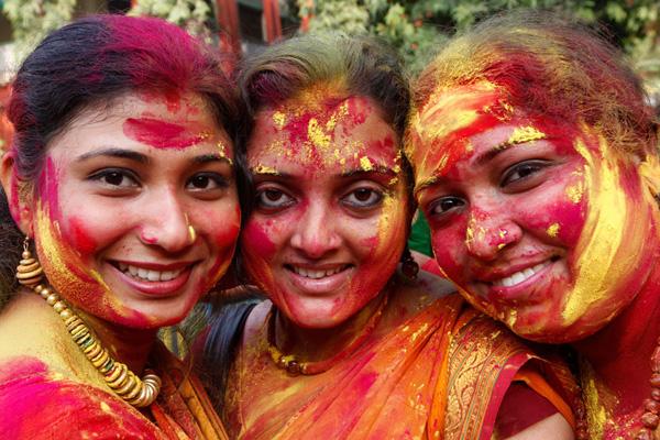 الهندوس يحتفلون بمهرجان الألوان