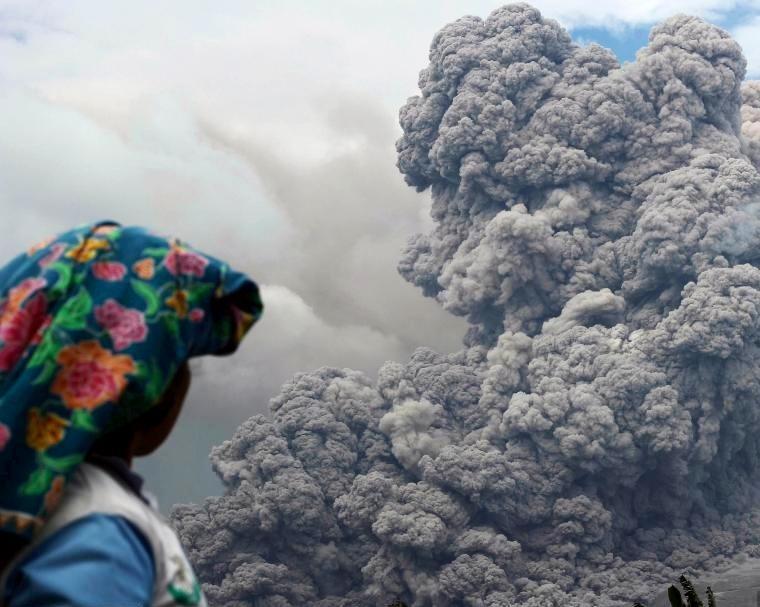 بركان حلقة النار يثور في إندونيسيا