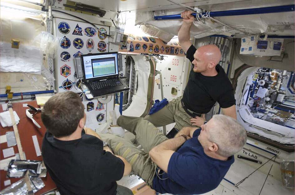 رواد فضاء يشاهدون كأس العالم على الهواء