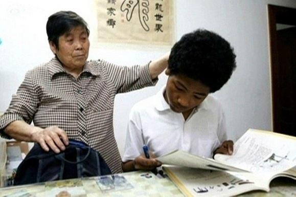 بعد 15 عاماً، جدة صينية وابنها بالتبني يصبحان عائلة