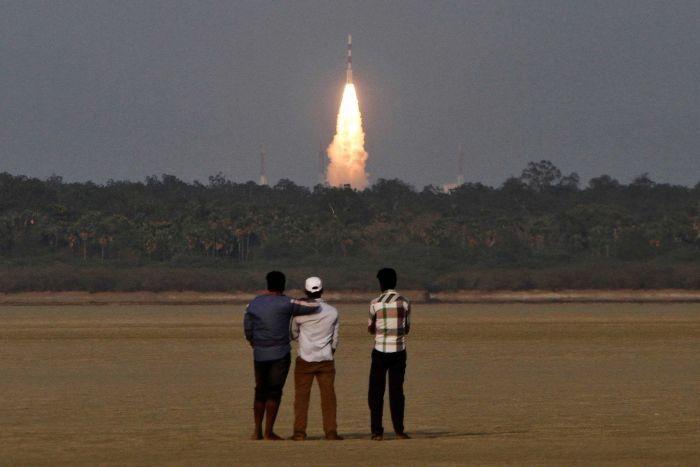 الهند تطلق 5  أقمار صناعية